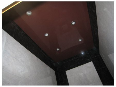 Коричневый натяжной потолок в ванной