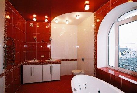 Красный глянцевый потолок в ванной