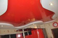 Красный натяжной потолок для кухни