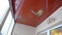 Красный натяжной потолок на балконе