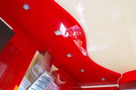 Красный натяжной потолок на кухне