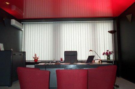 Красный натяжной потолок в кабинете