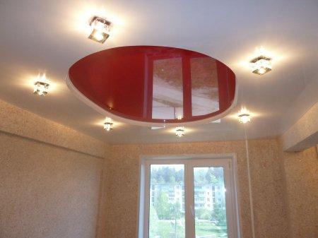Красный натяжной потолок в спальне