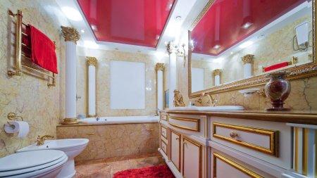 Красный натяжной потолок в ванной