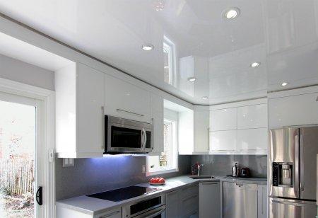 Кухня с белым глянцевым потолком