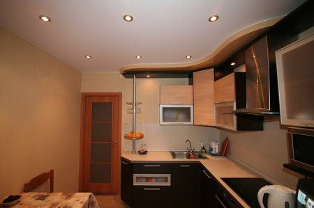 Кухня с белым матовым потолком