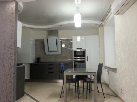 Кухня с белым натяжным потолком