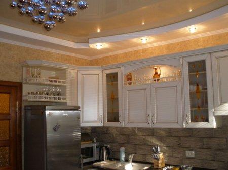 Кухня с бежевым потолком