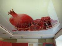 Кухня с фотопечатью на потолке (фрукты)