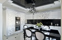 Кухня с глянцевым натяжным потолком