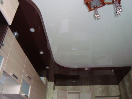 Кухня с глянцевым потолком и люстрой