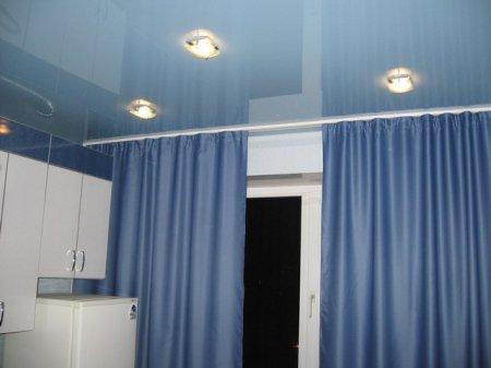 Кухня с голубым натяжным потолком