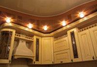 Кухня с коричневым натяжным потолком
