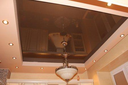 Кухня с коричневым потолком и люстрой