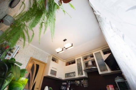Кухня с люстрой и матовым натяжным потолком