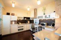 Кухня с матовым белым потолком