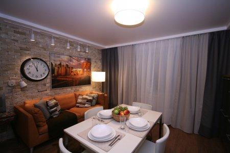 Кухня с матовым натяжным потолком и люстрой