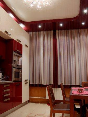 Кухня с натяжным потолком и люстрой