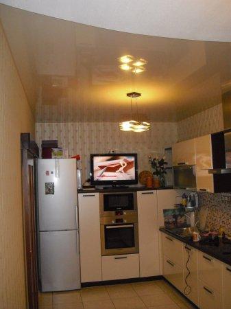 Кухня с одноуровневым натяжным потолком