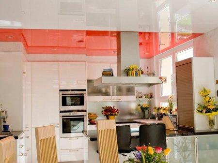 Кухня с оранжевым натяжным потолком