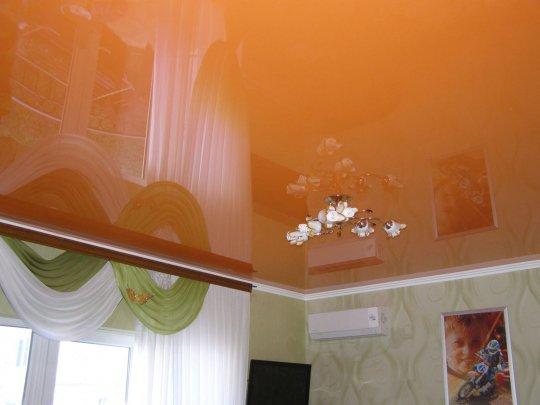 Кухня с оранжевым потолком и люстрой