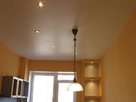 Кухня с сатиновым натяжным потолком