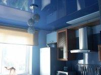 Кухня с синим натяжным потолком