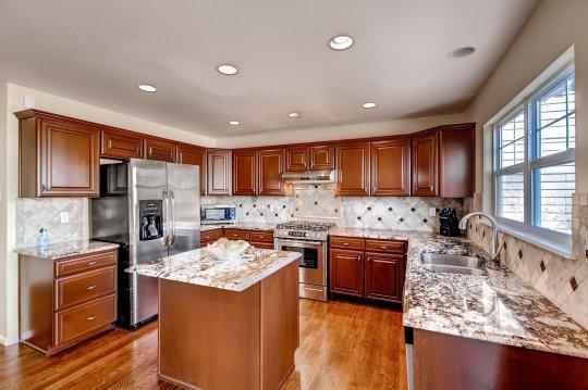 Кухня с тканевым натяжным потолком
