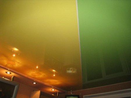 Кухня с цветным натяжным потолком