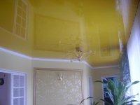 Кухня с желтым натяжным потолком