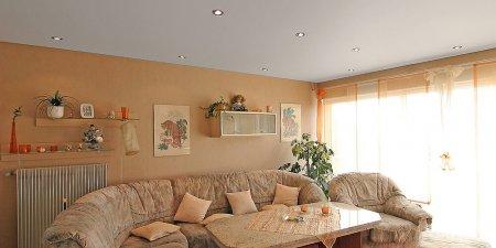Матовый белый потолок в гостиной