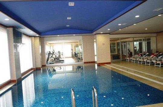 Матовый синий натяжной потолок в бассейне