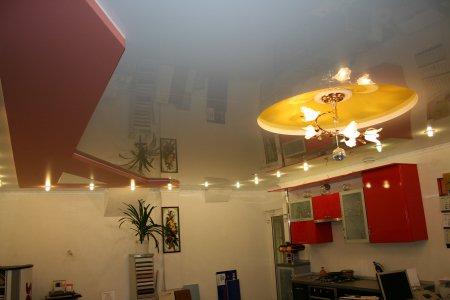 Многоцветный натяжной потолок на кухне
