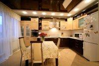 Многоуровневый черный потолок на кухне