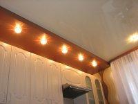 Многоуровневый глянцевый потолок для кухни