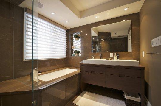 Многоуровневый натяжной потолок в ванной