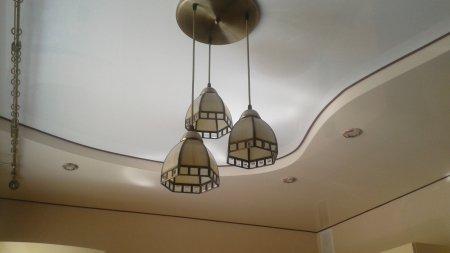 Натяжной потолок для кухни с люстрой