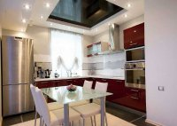 Натяжной потолок на кухне квадратной формы