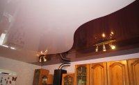 Натяжной потолок на кухне с люстрой