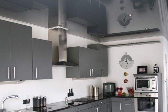 Натяжной потолок с эффектом металлика