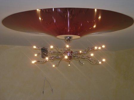Натяжной потолок с красным конусом