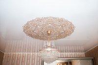 Натяжной потолок с люстрой для прихожей
