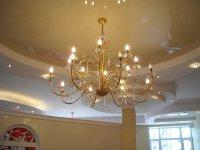 Натяжной потолок в гостиной бежевого цвета