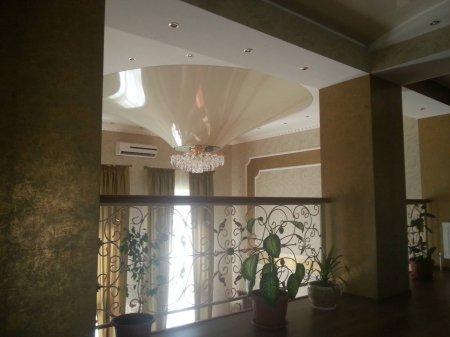 Натяжной потолок в гостиной (конус)