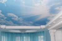 Натяжной потолок в гостиной с фотопечатью