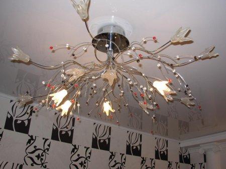 Натяжной потолок в прихожей с люстрой
