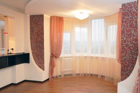 Натяжной потолок в спальне с люстрой
