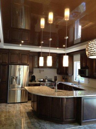 Одноуровневый глянцевый потолок на кухне