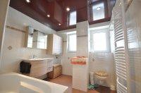 Одноуровневый натяжной потолок в ванной