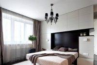 Одноуровневый потолок в спальне с люстрой
